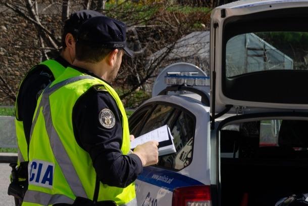 Agents de la policia en un control de trànsit.
