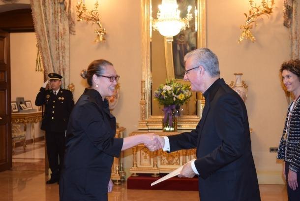 L'ambaixadora australiana amb Joan-Enric Vives, aquest dilluns al Palau d'Episcopal.
