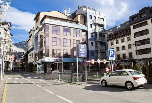 L'entrada a l'aparcament de Prat de la Creu per la plaça Rebés.