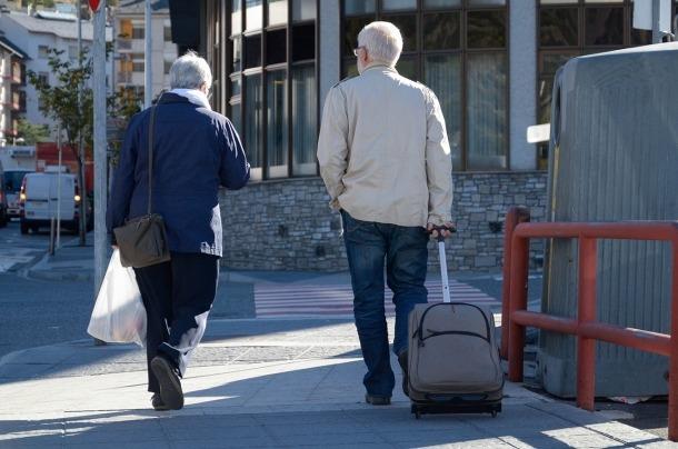 Dos turistes en un carrer d'Andorra.
