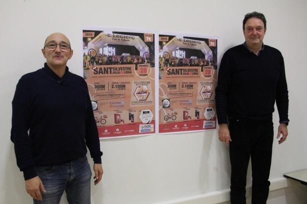 El conseller d'Esports de Sant Julià, Pere Pràxades, i el cap d'Esports, Ramon Ibarz, amb el cartell de la 26a edició de la cursa Sant Silvestre d'aquest dimarts.