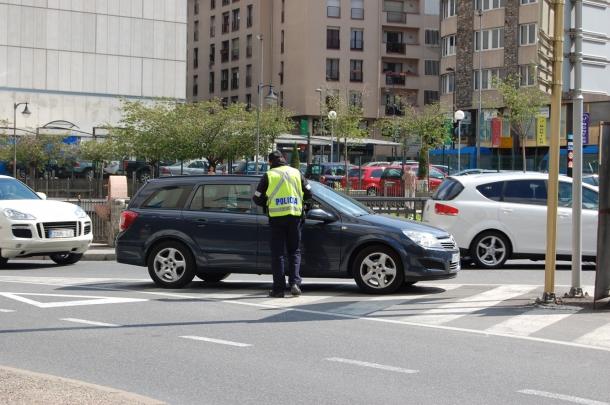 La policia, durant un control de trànsit.