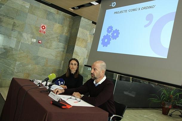 La cap de Gestió de Desenvolupament Humà, Patrícia Fàbrega, i el conseller d'Administració, Comunicació i Comerç, Xavier Herver, durant la roda de premsa.