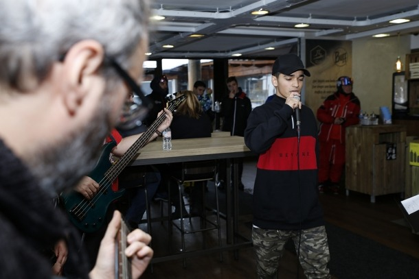 Un moment de l'actuació de HugoAlbino a la cafeteria dels Planells.