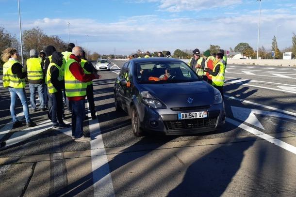 Peatge de l'autopista a Pamiers, on els manifestants han aixecat les barreres.