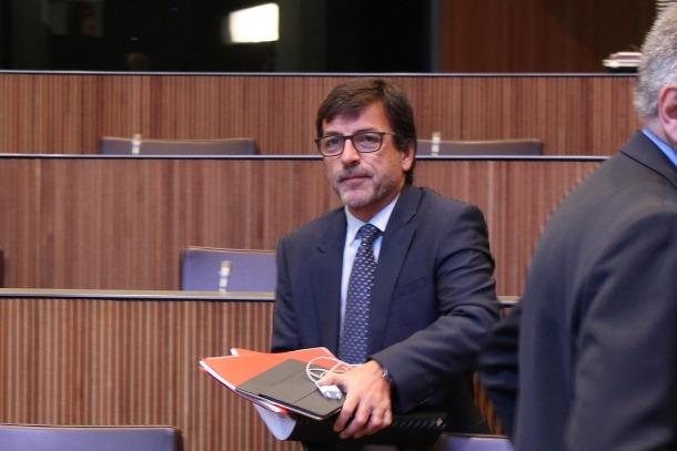 El ministre de Finances, Jordi Cinca, moments abans de l'inici del debat.