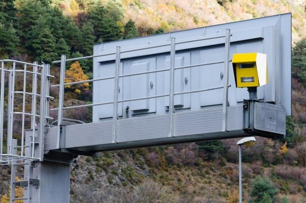 Un dels radars instal·lats a la xarxa viària del país.