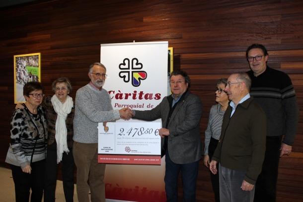 La donació del xec a Càritas Parroquial.