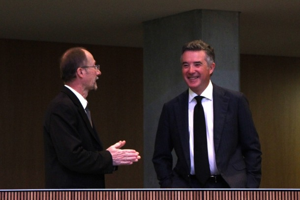 El conseller de Socialdemocràcia i Progrés Víctor Naudi conversa amb el síndic general, Vicenç Mateu.