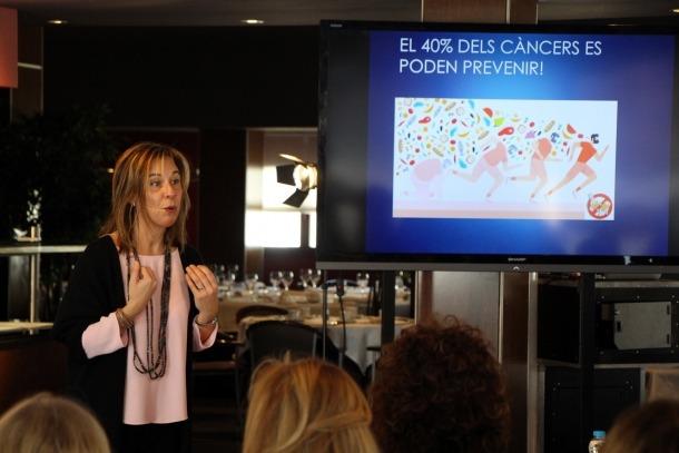 La dietista Marta Font durant el taller de cuina 'Agafa la paella pel mànec', organitzat per Assandca.