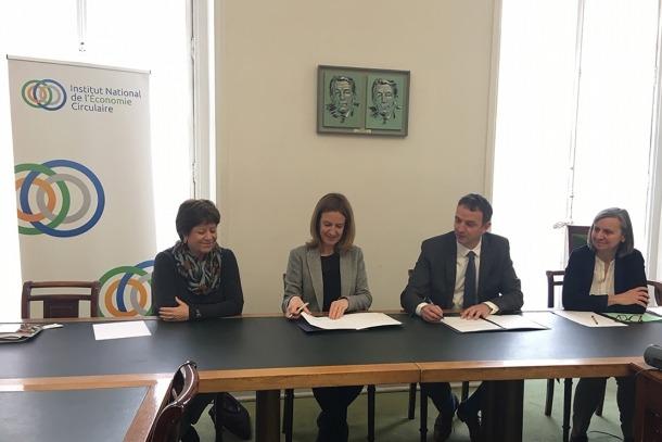 La signatura del conveni s'ha fet avui a París.