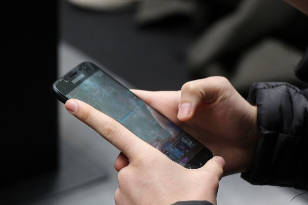 Un jove connectat a un mòbil.