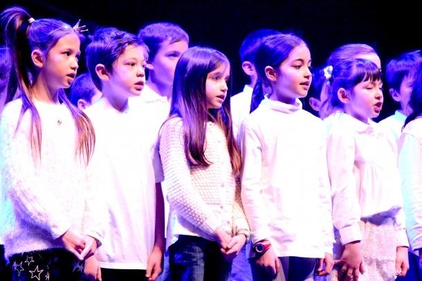 Alumnes cantant la banda sonora de 'Trolls'.