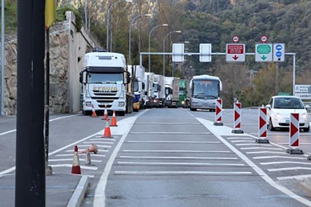 Camions a la duana abans de passar els tràmits