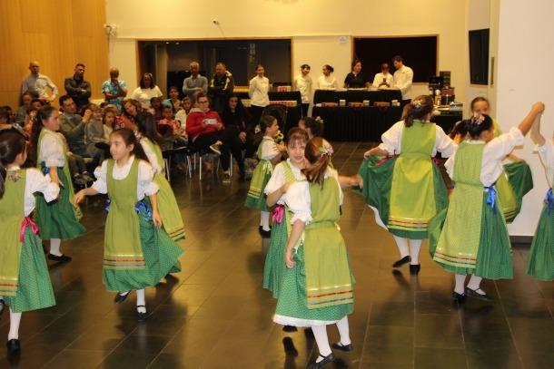 Els nens i nenes d'Escaldes-Engordany realitzen el tradicional ball de benvinguda.
