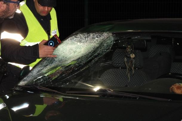 El vehicle, un Audi de color verd, amb el parabrisa trencat a causa de l'atropellament.