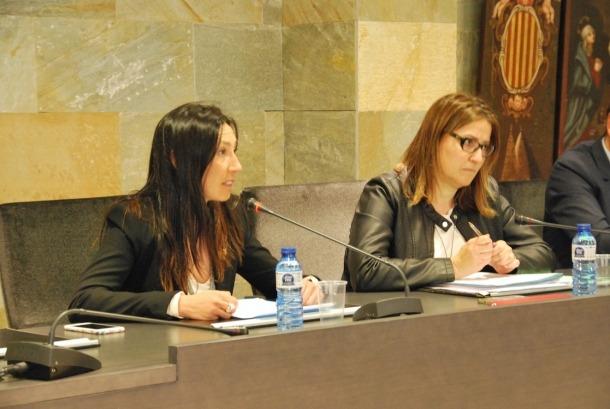 Les conselleres de l'oposició, Sandra Tudó i Eva Choy, durant el consell de comú.