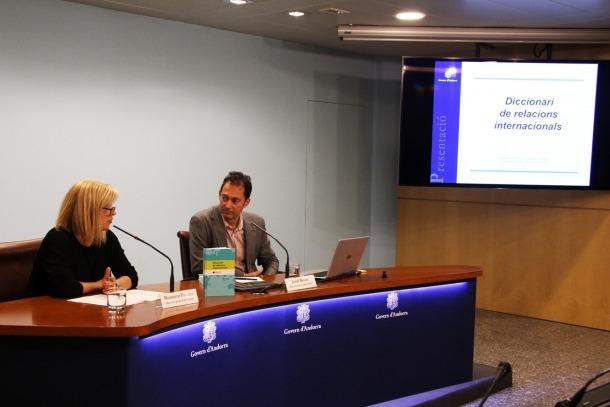 La directora general de Cultura, Montserrat Planelles, i el director del Temcat, Jordi Bover, en la presentació del Diccionari de relacions internacionals.