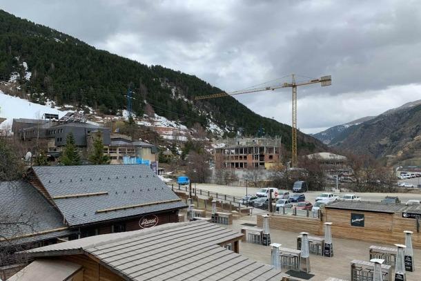 Vista global de l'Abarset amb les grues al fons que indiquen que ja s'estan construint els nous pisos de luxe.