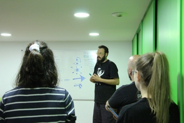 Josep Maria Aragay fent una explicació a estudiants de l'UdA.