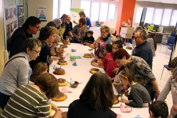 Taller intergeneracional de mones de Pasqua organitzat per l'Associació de Gent Gran Voluntària (AVIM).