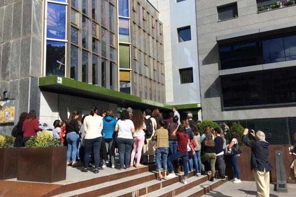 Alumnes a l'entrada de la Universitat d'Andorra.