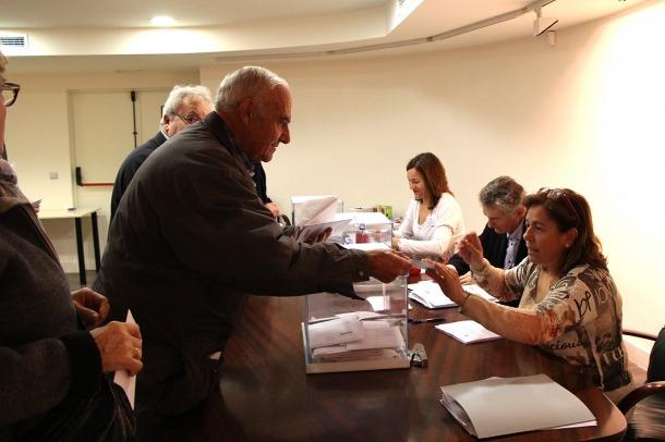 Un elector dipositant el vot al consolat espanyol.