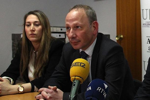 El president i la directora de la Unió Hotelera, Carles Ramos i Sarah-Jane Giménez.