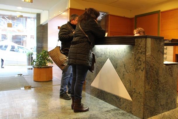 Turistes a la recepció d'un hotel.