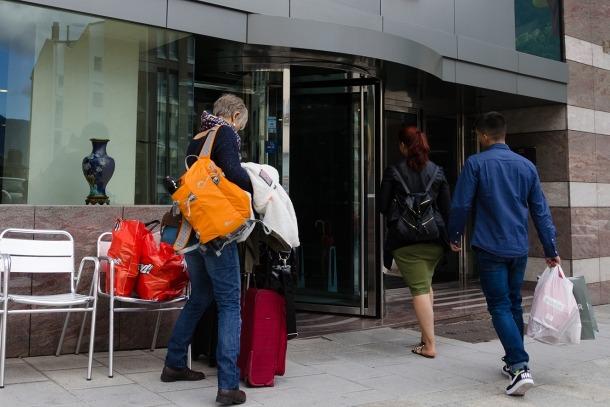 Tres turistes es disposen a entrar a un hotel d'Andorra.
