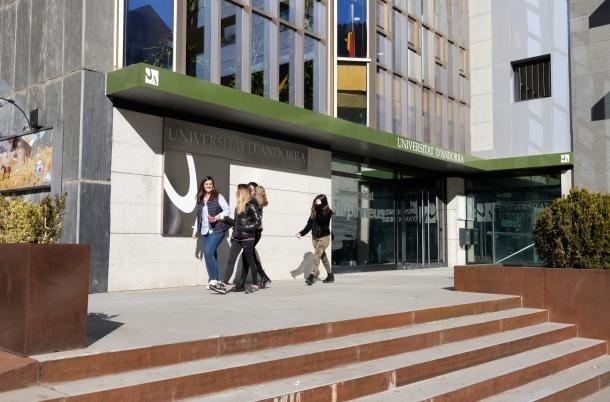 Estudiants a la porta d'entrada de l'UdA.