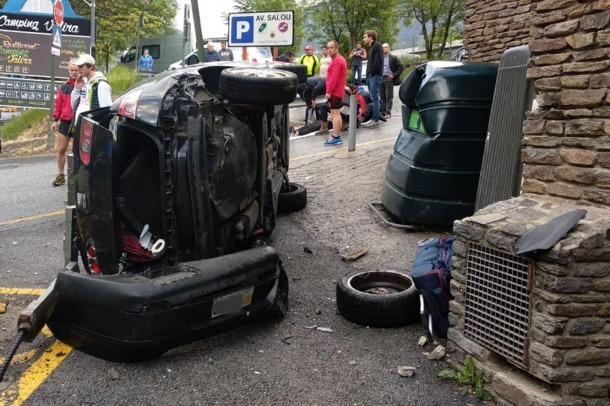 El cotxe va quedar girat després de l'impacte.
