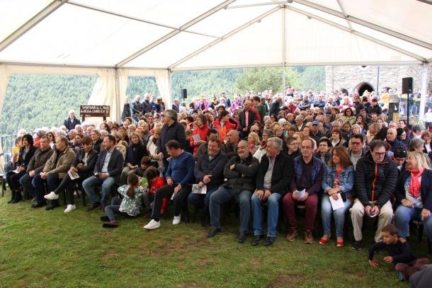El públic escolta la missa oficiada per mossèn Pepe Chisvert.