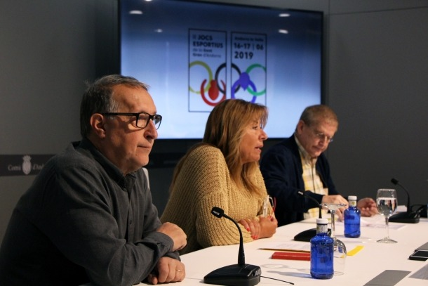 El vicepresident primer del COA, Jordi Cerqueda;la cònsol major d'Andorra la Vella, Conxita Marsol, i el president de la Federació d'associacions de la gent gran, Fèlix Zapatero, en la presentació de la 2a edició dels Jocs esportius de la gent gran d'Andorra.