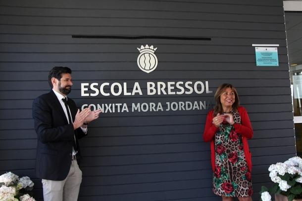 La cònsol major, Conxita Marsol, i el fill de Mora, Ivan Mora, un cop destapat el nou nom de l'escola bressol.