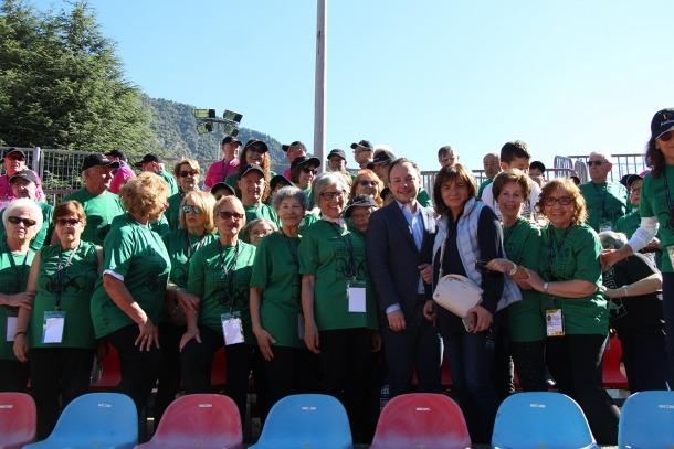 El cap de Govern, Xavier Espot, i la cònsol d'Escaldes-Engordany, Trini Marín, es fan una fotografia amb els participants de la parròquia escaldenca.