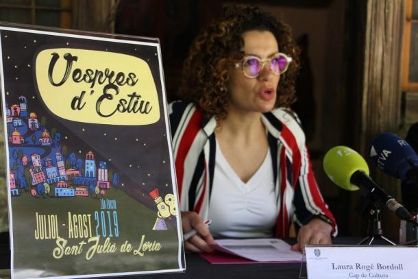 La cap de Cultura del comú de Sant Julià, Laura Rogé, durant la presentació dels Vespres d'estiu 2019.