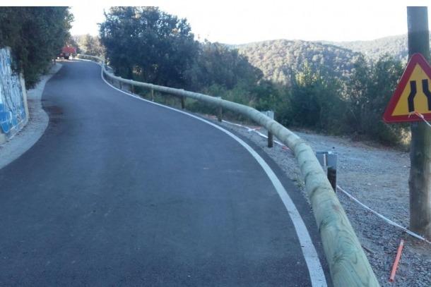 Unes barreres de seguretat de fusta en una carretera de Girona.