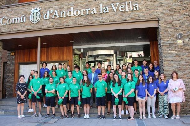 Fotografia de família dels eventuals d'estiu a les portes del Comú d'Andorra la Vella.