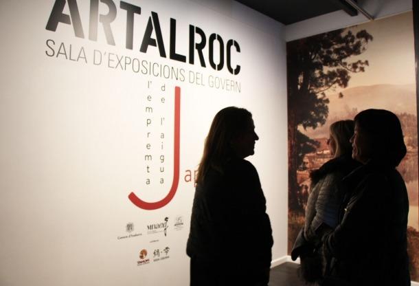 Visitants de l'exposició 'Japó. L'empremta de l'aigua' a la sala Artalroc.