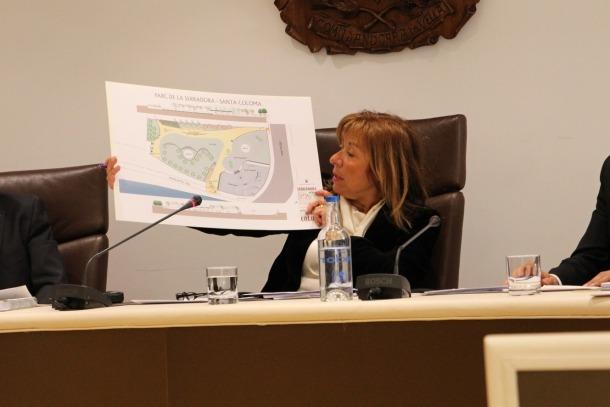La cònsol major d'Andorra la Vella, Conxita Marsol, mostra el plànol del parc.