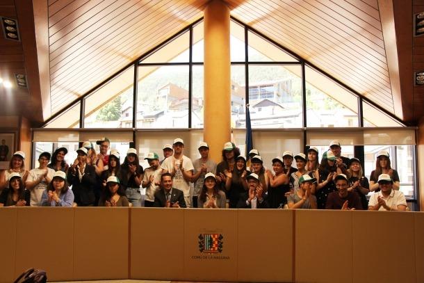 Els 31 estudiants acompanyats de Gueimonde i Sants en la benvinguda del Campus de la llengua catalana.