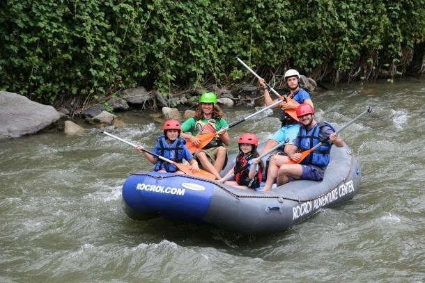 Una família durant la baixada pel riu Valira.