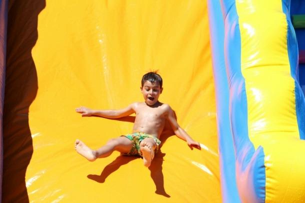 Un infant a una de les atraccions de l'aquaparc.