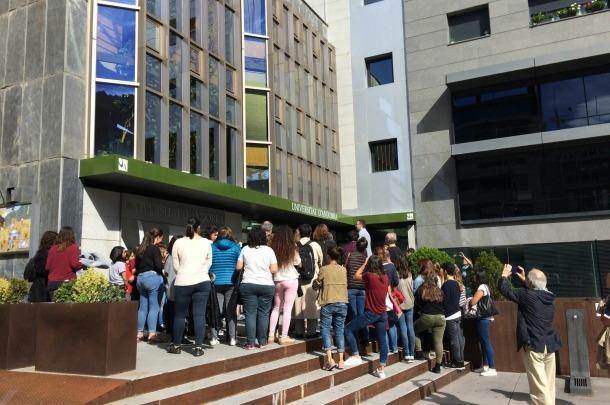 Alumnes a l'exterior de l'UdA.