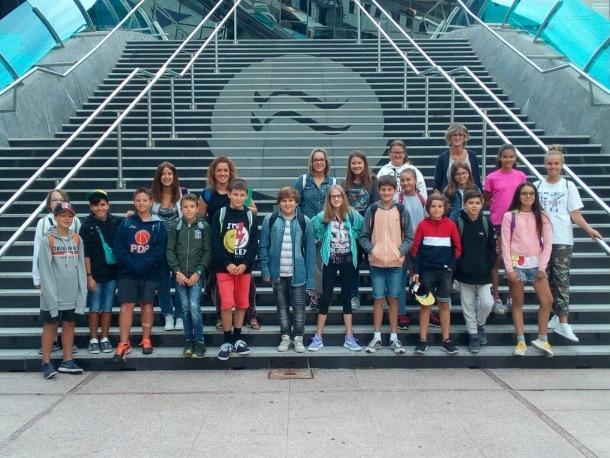 Els infants que viatgen a Lalíin en una fotografia de grup.