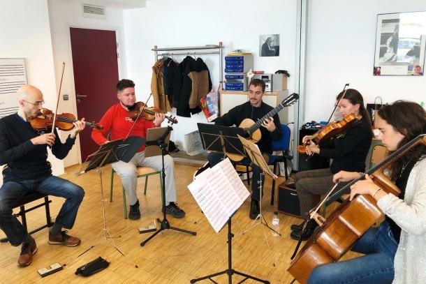 Els membres del quintet 5AndCordes.