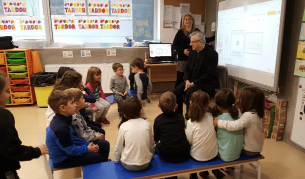 Joan-Enric Vives, arquebisbe d'Urgell i copríncep d'Andorra, durant la visita a les escoles.