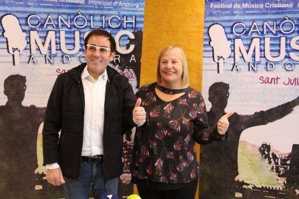 La consellera de Social del comú de Sant Juià de Lòria, Paqui Barbero, i mossèn Pepe Chisvert durant la presentació de la 7a edició del festival Canòlich Music.