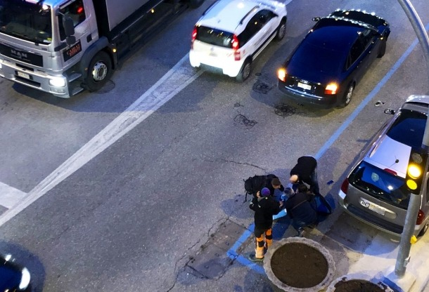L'equip d'emergències atén la ferida després de l'atropellament.